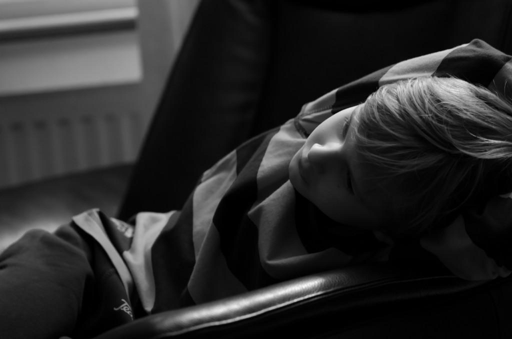 Simon myser i soffan.