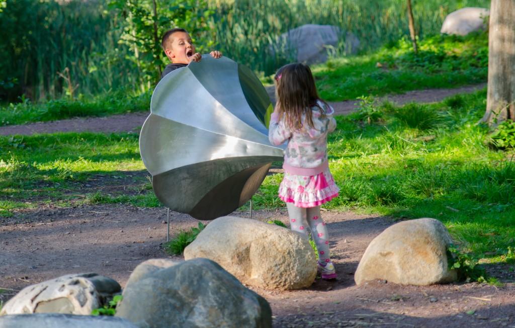 Barn leker i en park i Kalmar.