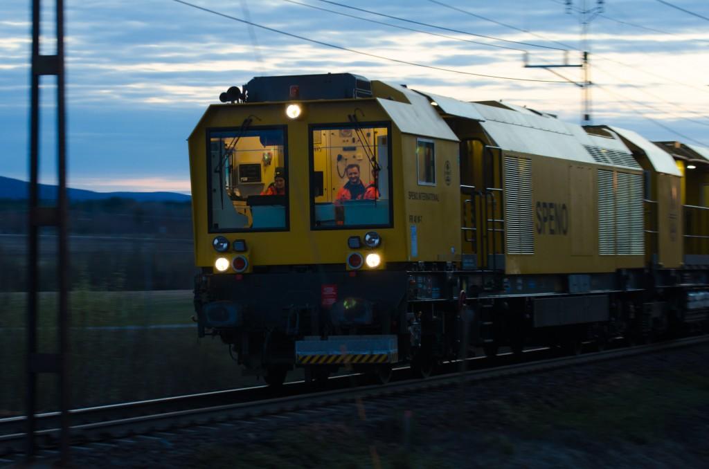 Järnvägsspår med tillhörande tåg i  Gamla Sävast. Lokförarna verkar ha det ganska mysigt på kvällarna när de glider omkring på banan...