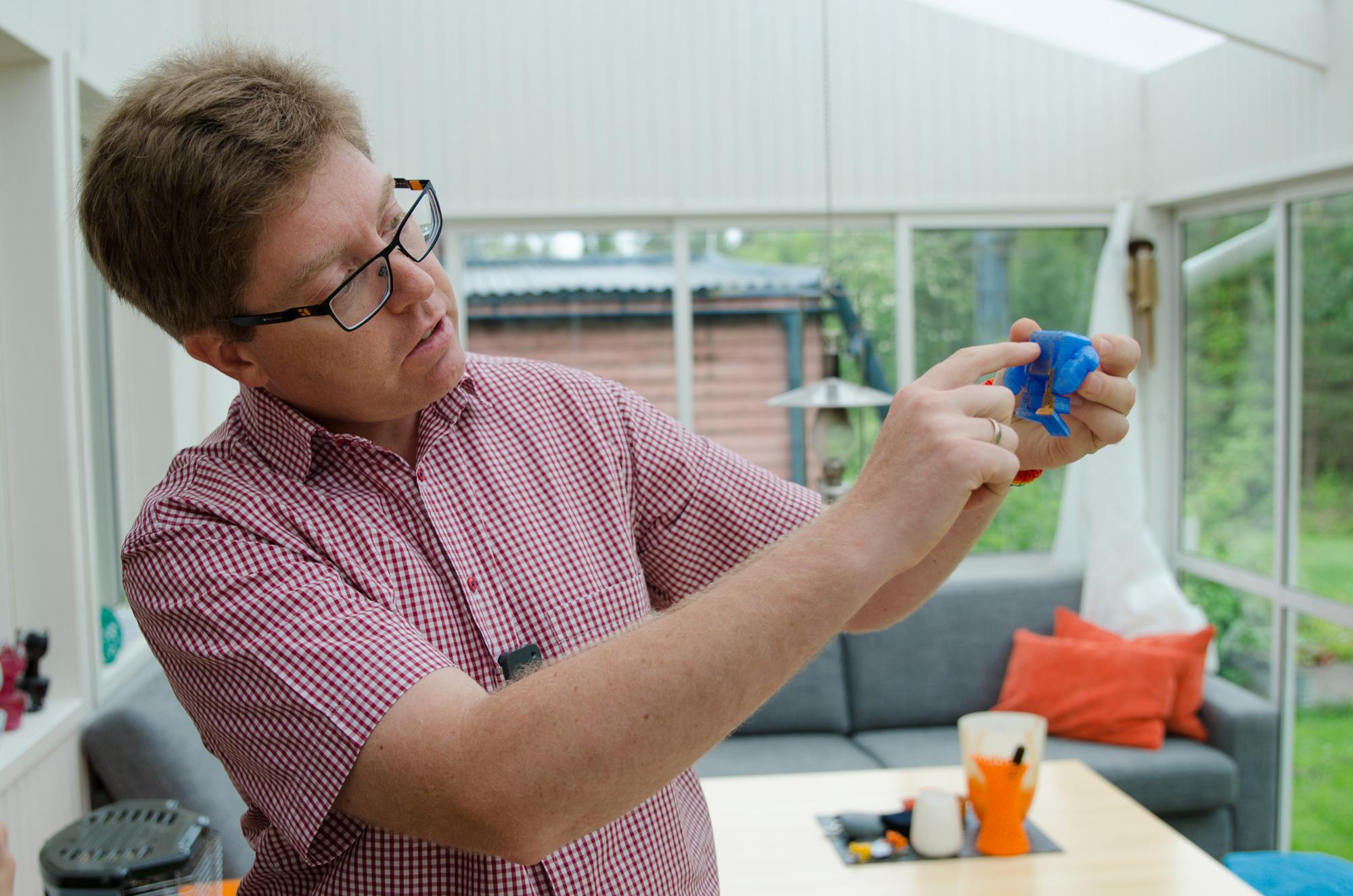 Peter Parnes förklarar hur sakerna byggs upp för att få maximal stabilitet med så lite materialåtgång som möjligt.
