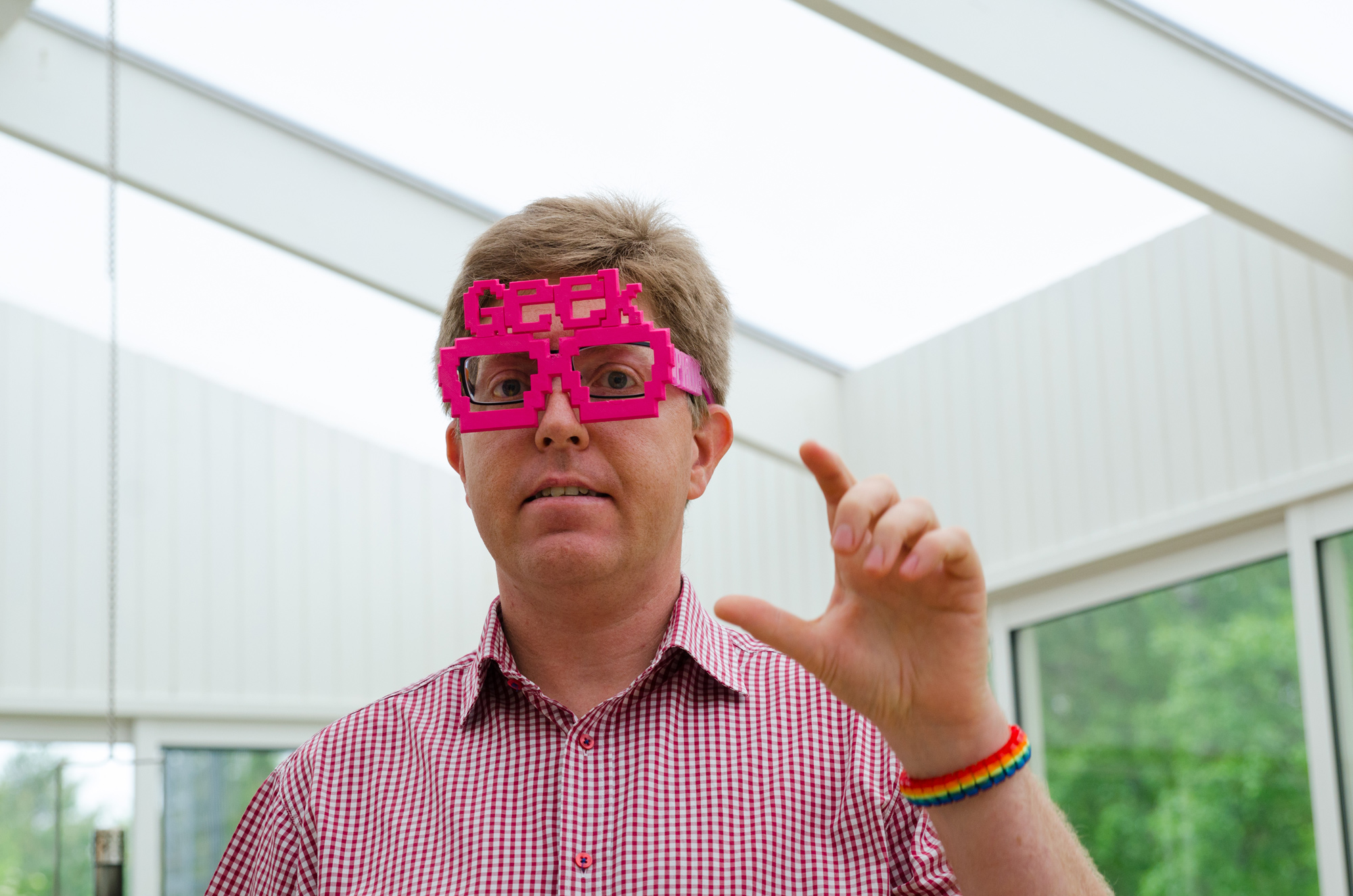 Peter Parnes visar ett par Geek Pride glasögon, lagom diskreta...