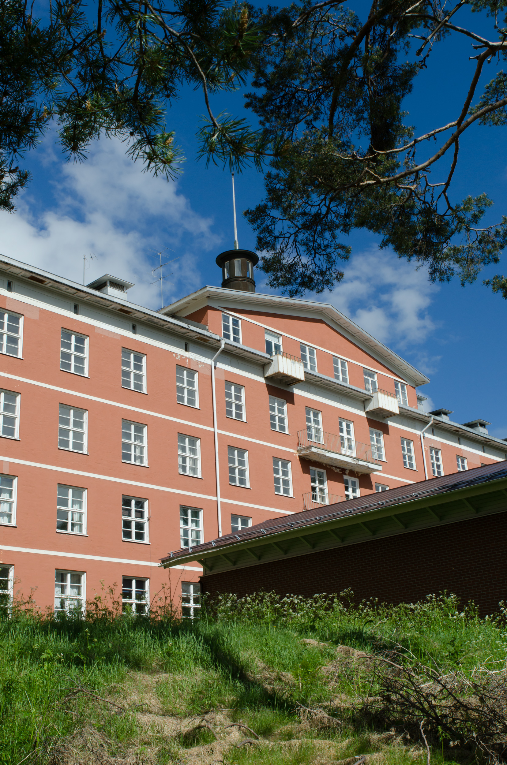 Sandträsk sanatorium. Maffig byggnad med underbar utsikt över sjön.