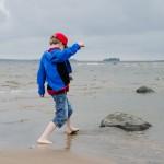 Simon leker på stranden på Lulnäsudden.