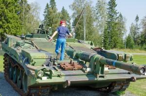 Simon på en Stridsvagn S? utanför Försvarsmuseum Boden.