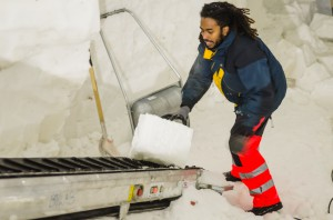 Här kommer transportbandet väl till pass när snöblocket ska bort. Sparar mycket ork att slippa dra upp dem för hand!