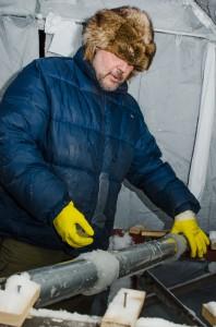 I detta skede pågår Ice Music-arbetet intensivt på två håll. Dels igloon och dels de nya instrumenten som ska tillverkas. Här håller Tim på med rören till rolandofonen. Det är ett instrument som består av en massa rör i olika längd som man slår på som en trumma.