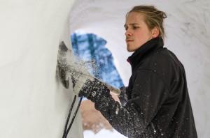 Anton Backe justerar väggen.