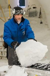 Det är många kubikmeter snö som ska ut. Här är det  Magnus Nilsson som sliter.