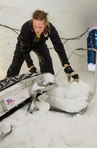 Anton Backe lastar av bandet och kör ut snöblocken.