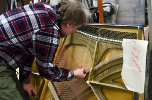 Strängarna till instrumentet tas från kasserade  pianon.