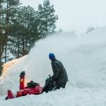 Utomhus körs slungorna igen för att bygga på snötäcket så fort det kommer natursnö.