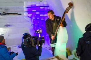 Under tiden det jobbades i igloon sprang det hela tiden folk som ville intervjua personer om Ice Music. Här är det ett tyskt tv-bolag på besök. Anton Backe demonstrerar snällt.