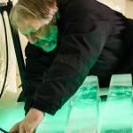 Tim pumpar upp gummibälgarna som zylofonens isplattor ligger på.