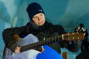 Andreas Eriksson spelar isgitarren.
