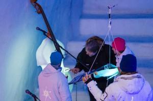 Tim går igenom konserten och instrumenten efteråt.