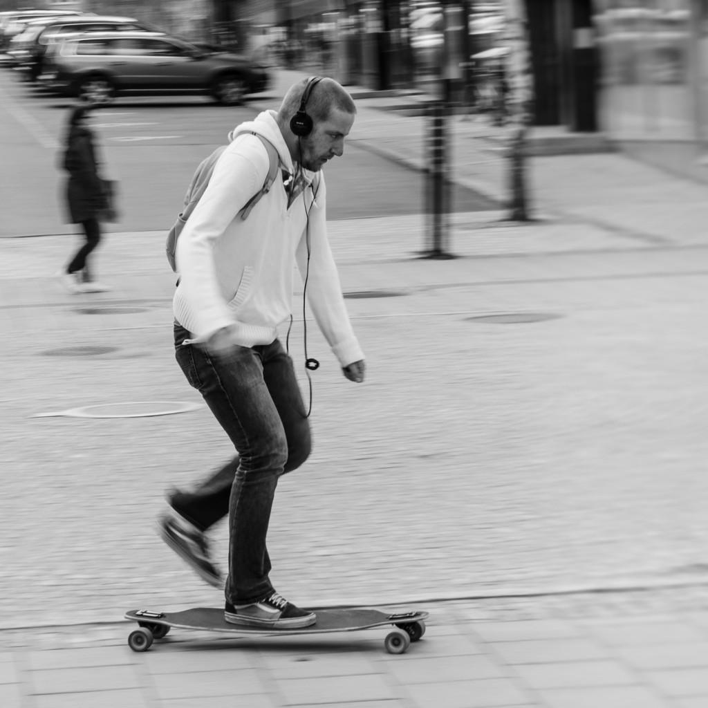 Skateboardåkare på Storgatan i Luleå.