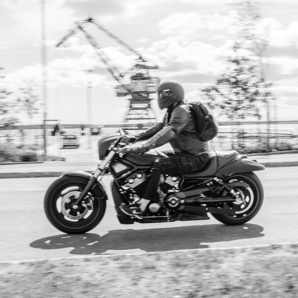 Jag försökte panorera snygga hojar. Denna Harley Davidson var en av de läckrare. Men svårt att hinna med att panorera när de kom så nära... Kranen i Luleå i bakgrunden.