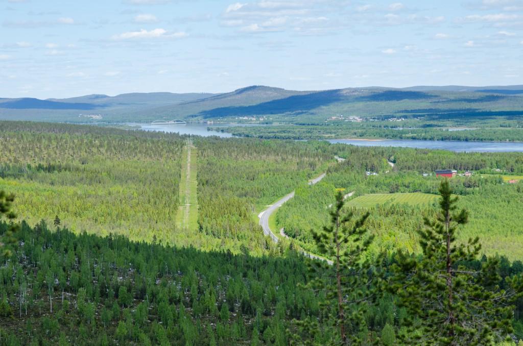 Vy från Luppioberget. Bron mellan Sverige och Finland i Övertorneå i fjärran.