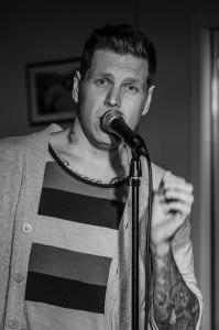 Joacim Nilsson gästsjunger på Shades of Blues spelning.