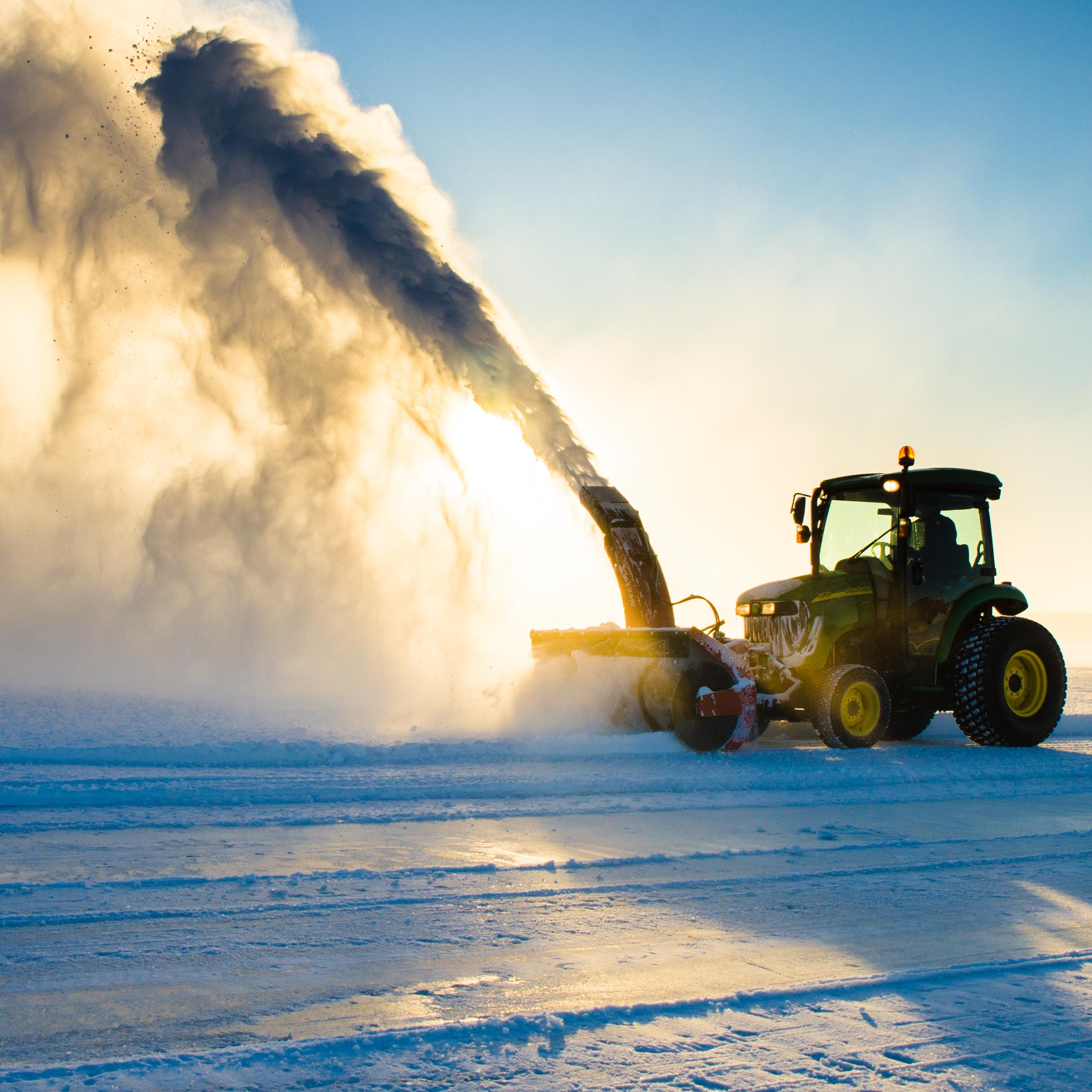 Isvägen skottas och förbereds inför den glatta säsongen.