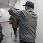 Skönt att se att det inte bara är jag som fotograferar, denna herre med mobilkamera!