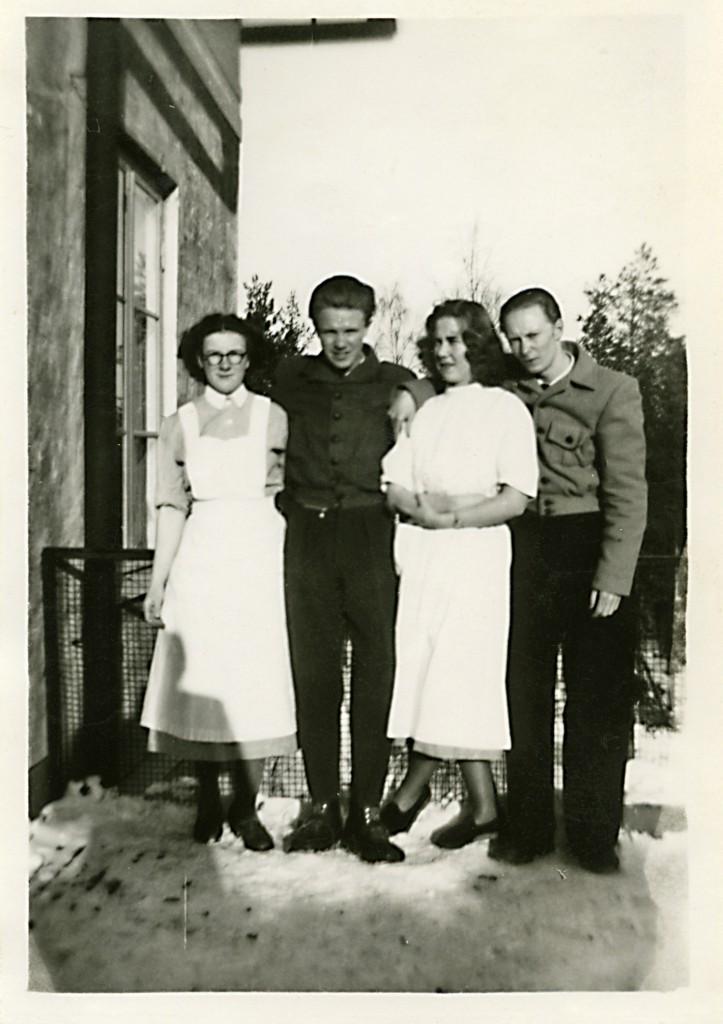 Två par utanför sanatoriet.