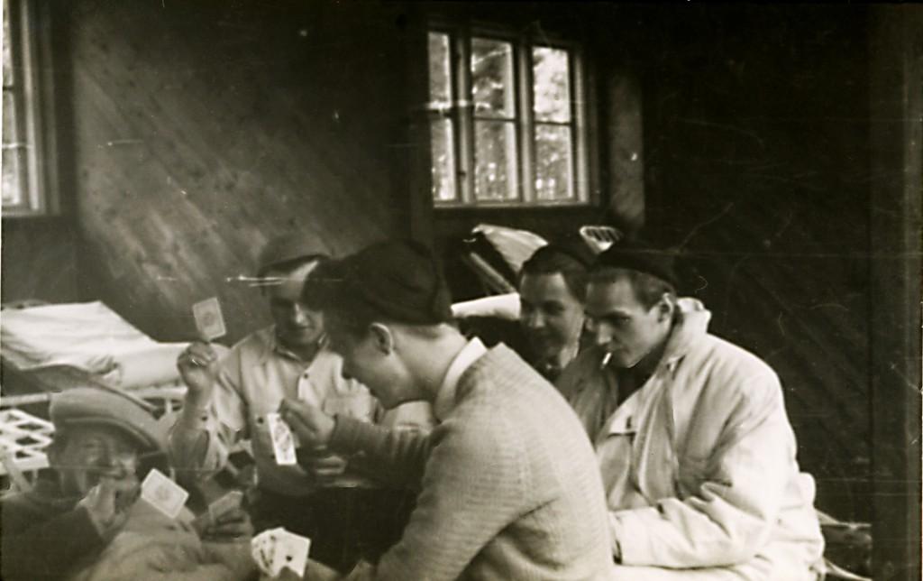 Lennart Haarala längst fram spelar kort på värdingsbalkongen. Sommaren 1950.