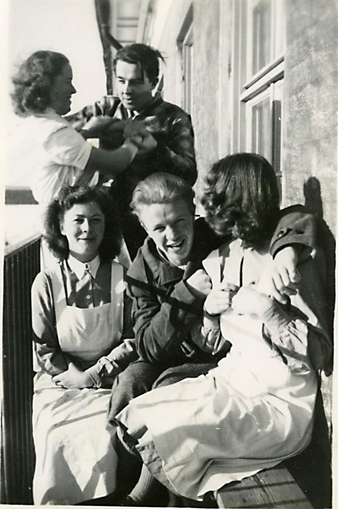 Frisk luft på en av balkongerna. Ser inte ut som det går så stor nöd på grabbarna... Sjuksystrarna gjorde nog livet betydligt roligare för tonårspojkarna!