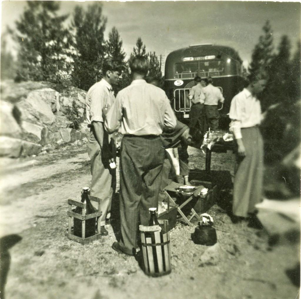 Paus under resan. Trots det inte är mer än drygt 60 år sedan ser det helt annorlunda ut idag. Kolla bara på de härliga flaskorna. För att inte tala om campingstolarna i trä!