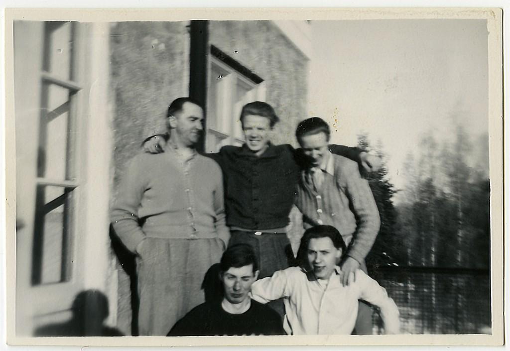Lennart Haarala i mitten på en av balkongerna till Sanatoriet i Sandträsk.