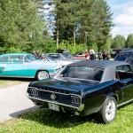 Almond Road Meet, Sävast. Snygg Ford Mustang i förgrunden, mycket folk som tittar!