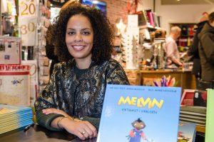 Anna Munyua visar upp sina fina barnböcker om Melvin