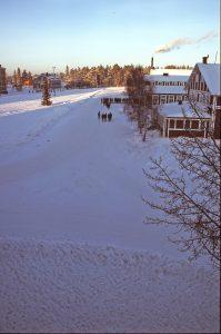 I20. Vy från C-kasernen över kaserngården en kall vintermorgon.
