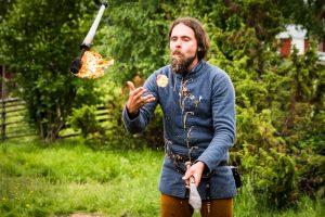 Medeltidsdagarna på Hägnan i Gammelstad. Att jonglera och samtidigt äta det man jonglerar måste vara svårt, gäller ju att inte bita i fel sak.