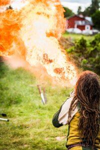 Medeltidsdagarna på Hägnan i Gammelstad. Nu laddas det för eldshow på riktigt.