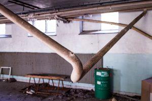 Morjärvs Ullspinneri. Nu har rören i taket börjat ramla ned. Det gjorde ju det hela mer spännande.