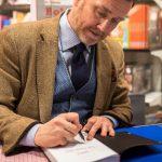 """Thomas Erikson signerar Lise-Lottes bok """"Omgiven av psykopater"""" på Eyvind 2017."""