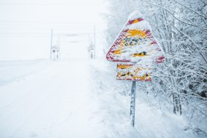 Inte helt lätt att se trafikskyltarna när snön och frost täcker allt.