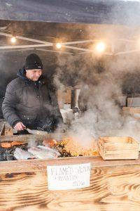 Lukten av mat av all de sorter låg tung över marknaden.