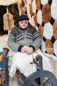 Inte ofta man får se när en människa spinner ull nu för tiden. Men det får man på Jokkmokks marknad!