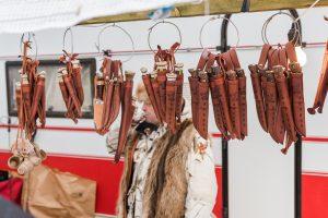 Och snygga knivar i massor! Både med horns- och trähandgrepp. En av de saker jag gärna skulle lägga lite pengar på!