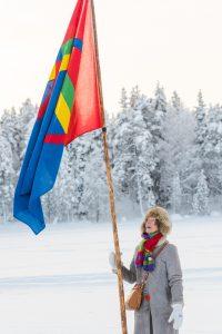 Sameflaggan svajar vacker över landskapet.