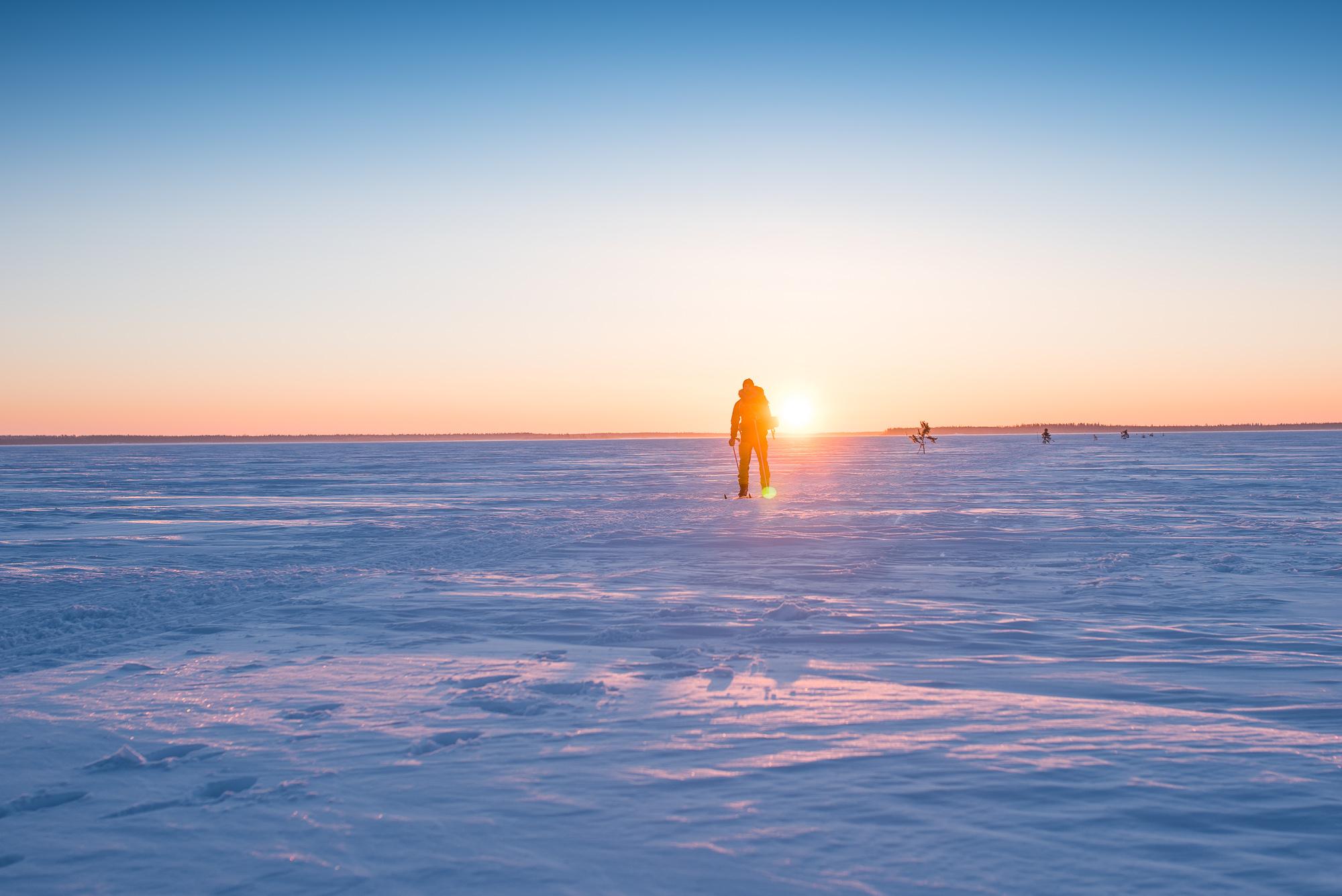 Magisk morgon på isvägen i skärgården utanför Luleå