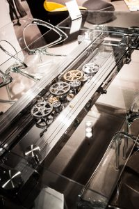 Stilwerk. Ett glasbord som kan expandera. Jag gick igång på kugghjulen och mekaniken, andra inte...