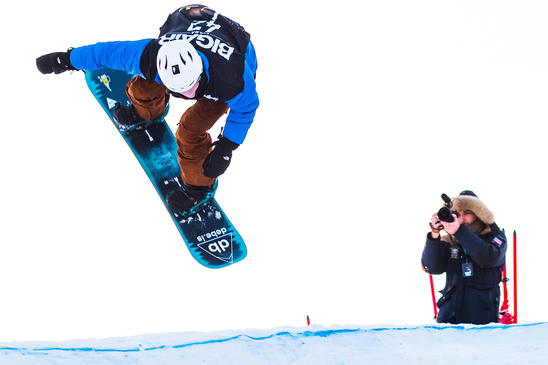 Skijump i tävlingen Luleå Big Air som hålls i en häftig hoppbacke som byggs upp mitt på Luleå tekniska universitets område.
