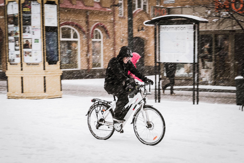 Cyklist i snö. Luleå.