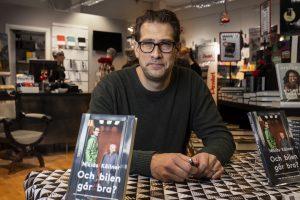 Niklas Källner signerade lite egna böcker utanför Bok&Bläck.  Tyvärr glest med folk.