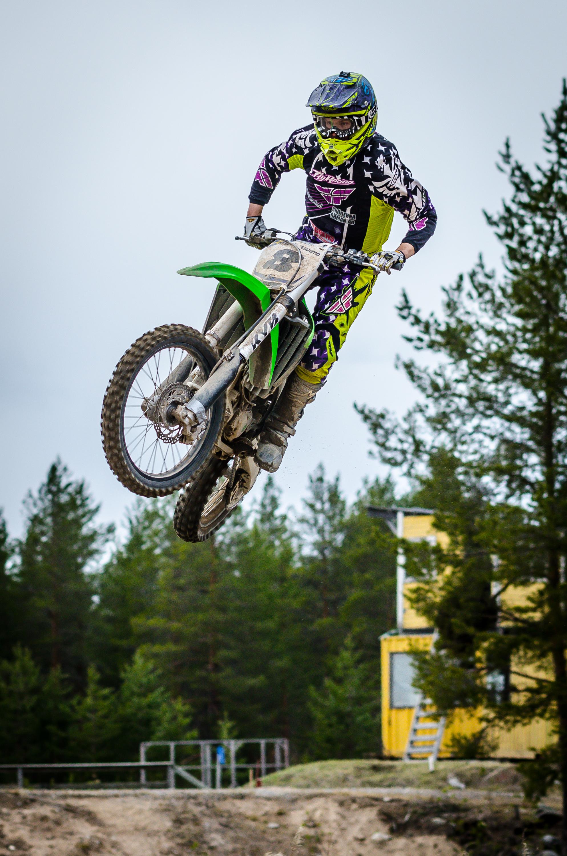 Snygga hopp i Boden av en motocrossåkare.