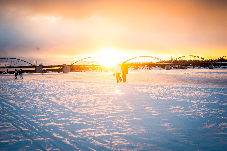 Promenad på isvägen i Luleå. Härligt ljus! Bergnäsbron i bakgrunden.