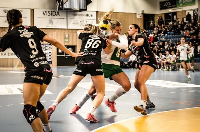 Boden Handboll sätter stopp för en Skuru IK-spelare.